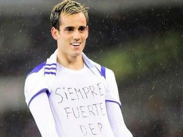 Juanmi, amonestado por mostrar mensaje en su camiseta