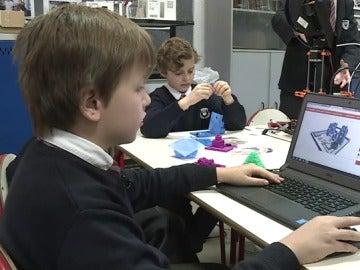 Niño con una impresora 3D