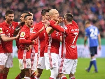 Los jugadores del Bayern celebran un gol ante el Schalke