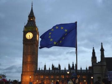 Bandera de la UE con el Big Ben de fondo