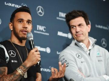 Lewis Hamilton, en un acto junto a Toto Wolff