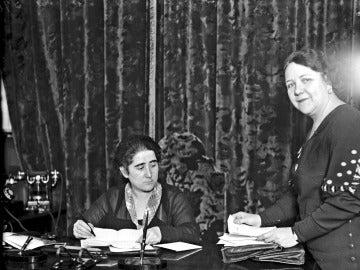 La política y abogada Clara Campoamor (sentada) en su despacho