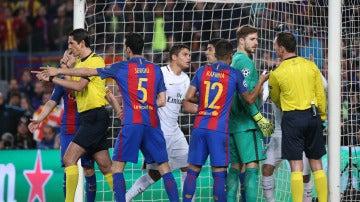 Deniz Aytekin señala el primer penalti a favor del Barcelona