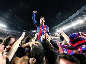 Leo Messi, a hombros de sus compañeros y ovacionado por el Camp Nou