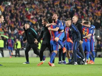 Los jugadores del Barcelona celebran el pase a cuartos ante el delirio del Camp Nou