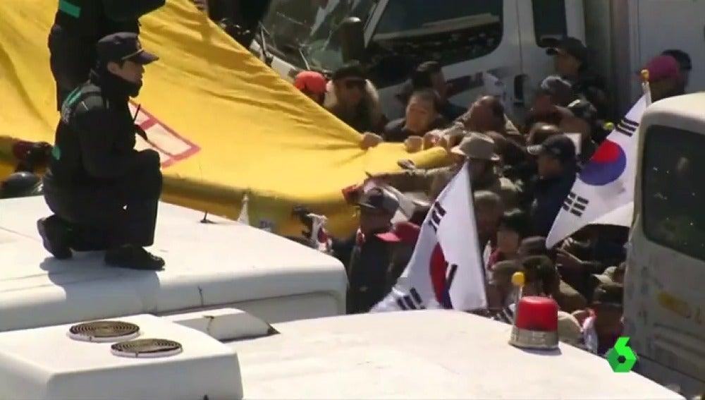Frame 1.119526 de: Mueren dos personas en las protestas por la destitución de la presidenta de Corea del Sur