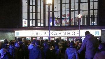 Una multitud de personas frente a la estación de trenes de Dusseldorf