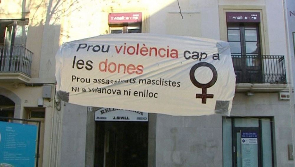 Cartel contra la violencia machista colocado en la rambla de Vilanova i la Geltrú