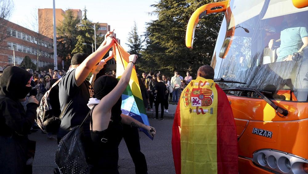 Protesta ante el autobús transfóbico