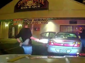 Frame 247.796201 de: Un joven convence a la policía de que no conduce borracho haciendo malabares