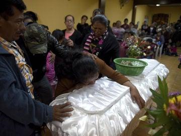 Una madre llora a su hija, una de las fallecidas en el incendio del centro