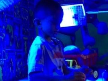 Un niño de cuatro años padece una enfermedad rara que le hace estar más de 20 horas al día debajo de una luz azul