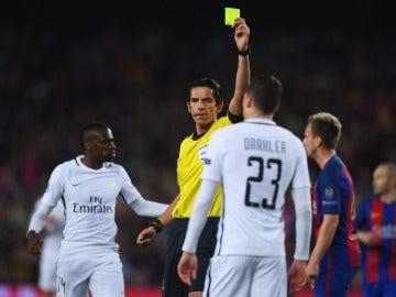 Aytekin, mostrando una cartulina amarilla durante el Barça-PSG de Champions