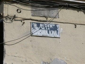 Placa franquista pintada de blanco en Alicante