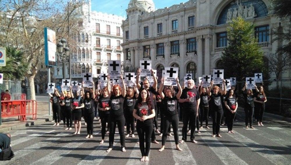 Concentración de activistas antitaurinos en la plaza del Ayuntamiento de Valencia en Fallas