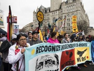 Miembros de la tribu sioux de la reserva Standing Rock manifiestan contra el apoyo del presidente de de EE.UU, Donald J. Trump, al desbloqueo de la construcción del oleoducto Dakota Access