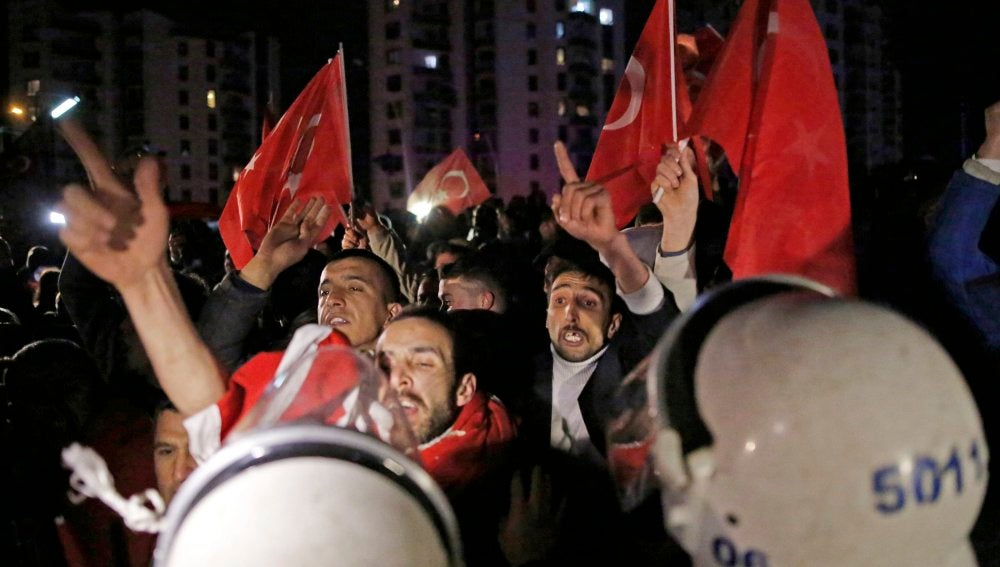 Manifestación ante la Embajada de Holanda en Turquía
