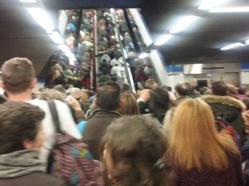 Los usuarios de Metro Madrid se agolpan en las estaciones de la Línea 6