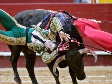 """Juan José Padilla resulta cogido por """"Hortensia"""", de la ganadería Fuente Ymbro"""