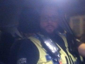 Una pareja de policía consigue la dirección de un joven borracho gracias al grupo de facebook de sus amigos