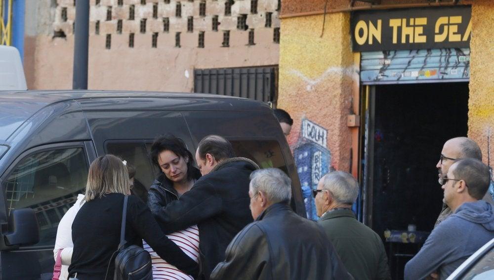 Familiares y amigos del fallecido en el lugar del tiroteo