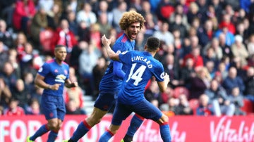 Fellaini celebra un gol con Lingard