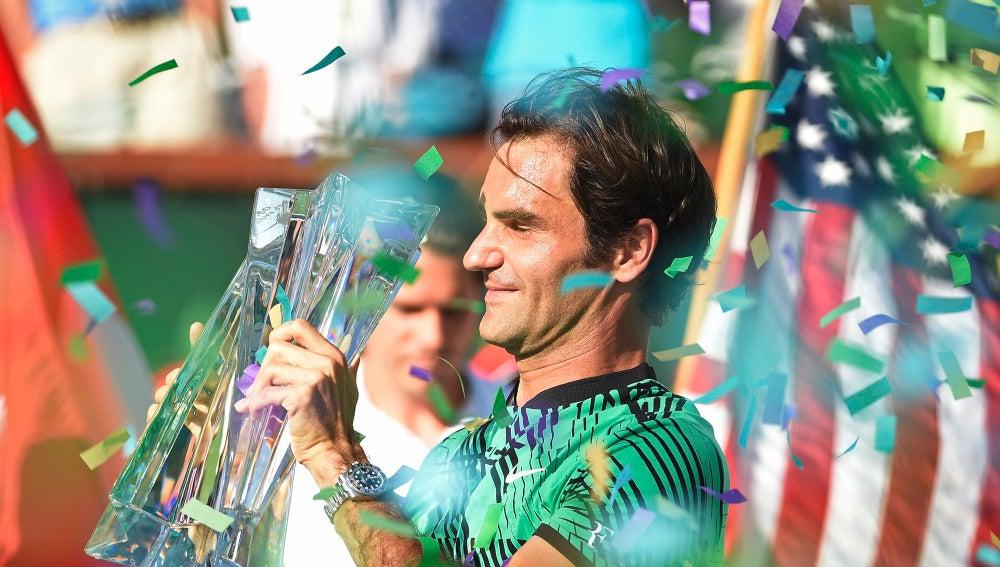 Roger Federer alza el trofeo de Indian Wells al cielo de California