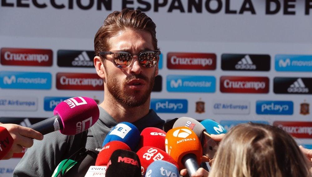 Sergio Ramos atiende a los medios a su llegada a Las Rozas