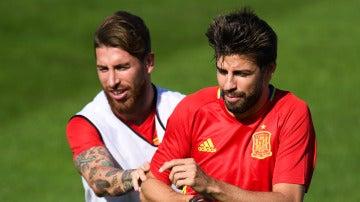 Gerard Piqué y Sergio Ramos, en un entrenamiento de la selección española
