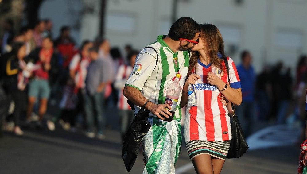 Dos aficionados se besan tras un partido entre Atlético y Córdoba