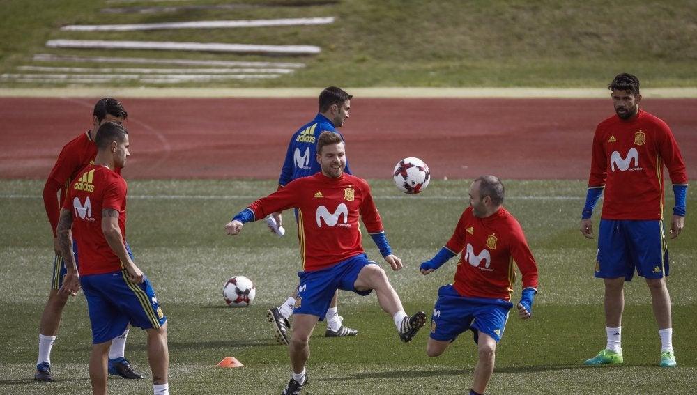 Illarramendi disputa el balón con Andrés Iniesta