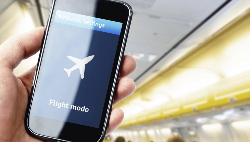 Móvil en modo avión durante un vuelo
