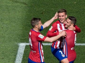 Gabi, Griezmann y Koke se abrazan tras un tanto del francés