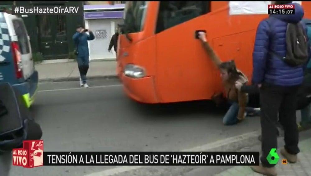 El autobús de Hazte Oír arrolla a una joven que protestaba en Pamplona y se da a la fuga