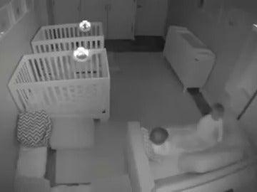 Frame 6.31854 de: La 'fiesta' que unos gemelos de dos años organizan cada noche en su habitación