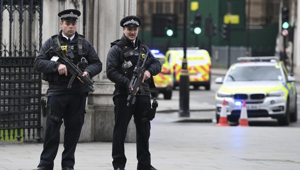 Agentes de policía británicos tras el tiroteo en el Parlamento