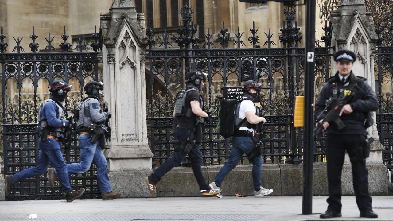Agentes de policía británicos permanecen en guardia tras un tiroteo ante el Parlamento en Londres,