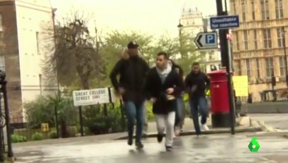 """Frame 20.657311 de: """"¡Vamos, moveos, todos a cubierto!"""", así evacuaba la Policía a los viandantes tras el atentado en Londres"""