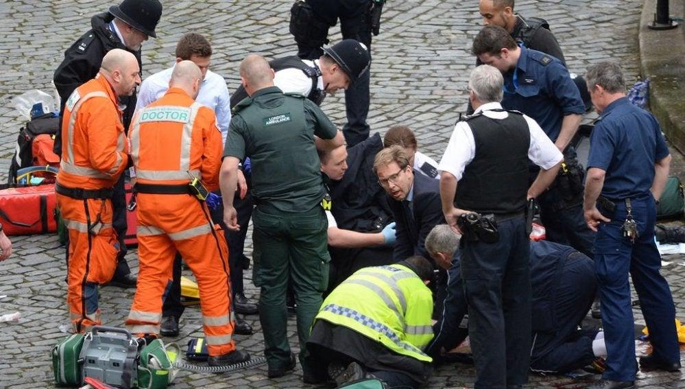 El diputado Tobias Ellwood en el lugar del atentado