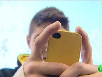 Un joven utilizando el móvil