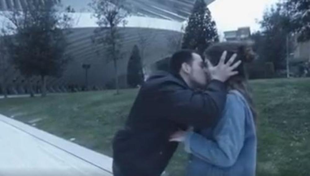Uno de los besos que el youtuber dio sin consentimiento a una chica