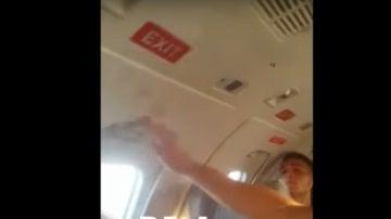 Tratan de cerrar la puerta del avión que transportaba a Racing