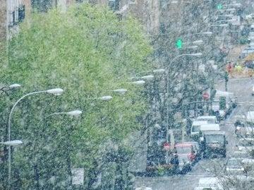 La nieve sorprende a los madrileños en plena primavera