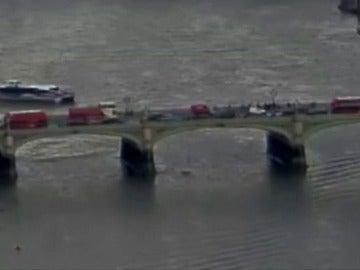 Frame 15.149403 de: El vídeo que muestra el atentado en Londres: una mujer cae al río Támesis