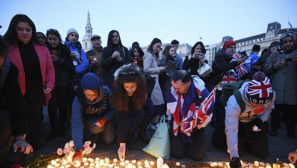 Vigilia por las víctimas del atentado en Londres en Trafalgar Square