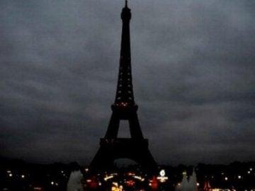 La Torre Eiffel, apagada en señal de duelo