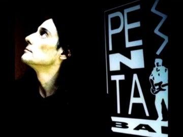 Frame 89.876473 de: El bar de 'la movida' sigue cerrando cada noche con 'la chica de ayer', el Penta celebra sus 40 años de ambiente