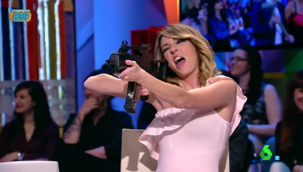 Anna Simon, con una metralleta en la mano