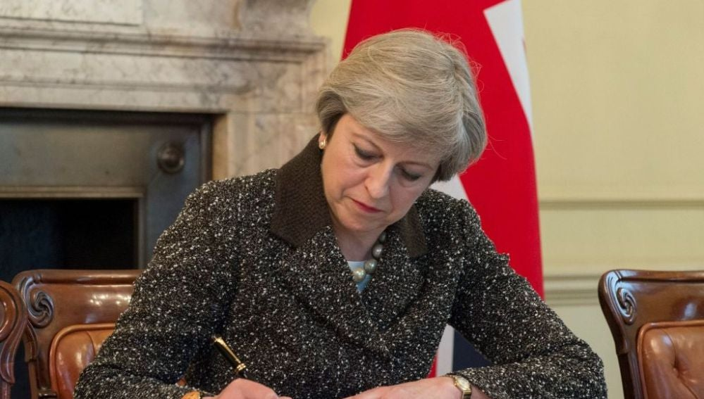 Theresa May firma la carta del 'Brexit'
