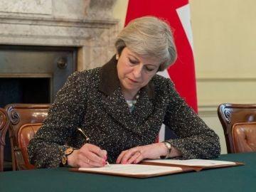 Theresa May firma la carta del 'Brexit'